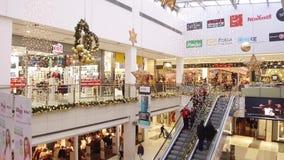 集中购物克服的自动扶梯楼层内部推力的人员一些 影视素材
