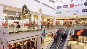 集中购物克服的自动扶梯楼层内部推力的人员一些 股票视频