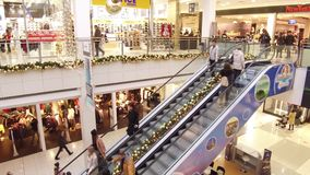集中购物克服的自动扶梯楼层内部推力的人员一些 股票录像