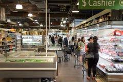 集中购物克服的自动扶梯楼层内部推力的人员一些 免版税库存照片