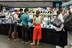 集中购物克服的自动扶梯楼层内部推力的人员一些 免版税库存图片