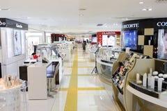 集中购物克服的自动扶梯楼层内部推力的人员一些 库存图片