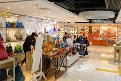 集中购物克服的自动扶梯楼层内部推力的人员一些 库存照片