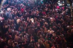 集会在一个生活音乐会的快乐的人民人群  免版税库存图片