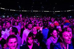 集会在一个生活音乐会的快乐的人民人群  免版税图库摄影