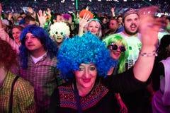 集会在一个生活音乐会的快乐的人民人群  库存照片