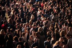集会在一个生活音乐会的快乐的人民人群  图库摄影