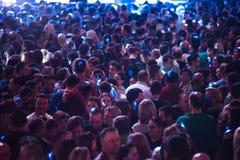 集会在一个生活音乐会的快乐的人民人群  免版税库存照片
