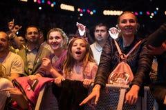 集会在一个生活音乐会的快乐的人民人群  库存图片