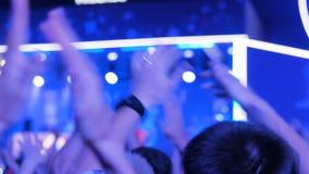 集会在夜在阶段前面的电子音乐音乐会的人们 影视素材