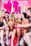 集会在夜总会的女孩 免版税库存图片