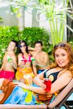集会在池边聚会的亚裔朋友在旅馆里 库存照片