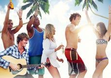 集会在海滩的小组快乐的人民 免版税库存照片