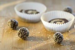 集会在纸杯形蛋糕的未成熟的咖啡anad椰子曲奇饼在木竹桌,切细的椰子上 库存图片