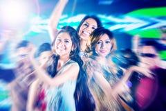 集会在迪斯科夜总会舞池上的亚裔女孩  免版税库存图片