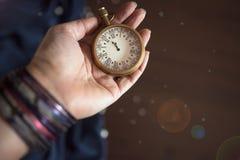 集会在12个o在葡萄酒时钟的`时钟 免版税库存图片