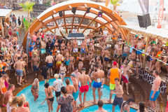 集会在Zrce海滩,诺瓦利亚, Pag海岛,克罗地亚 免版税库存照片