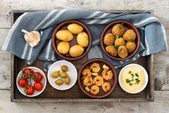 集会开胃菜,西班牙塔帕纤维布,例如被烘烤的橄榄,大虾 库存图片