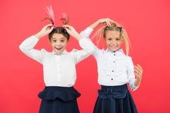 集会新的朋友在学校 学校友谊 应该教育是更多乐趣 有逗人喜爱的发型的女小学生和愉快 库存图片