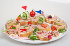 集会有面包片的盛肉盘用家庭做的头脑,装饰用菜 免版税图库摄影