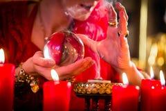 集会的占卜者与水晶球和烟 库存图片
