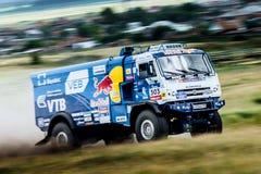 集会KAMAZ卡车乘坐一条多灰尘的路 免版税图库摄影