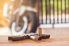 集合使用了对老子弹和弹药筒在木背景 库存图片