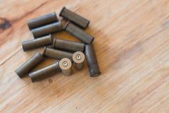 集合使用了对老子弹和弹药筒在木背景 库存照片