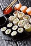 集合日语滚动分类maki, uramaki, hosomaki服务 免版税库存图片
