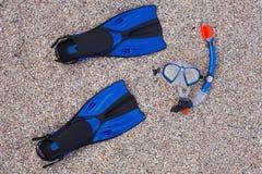 集合潜航 面具和鸭脚板在沙子海滩 免版税库存图片