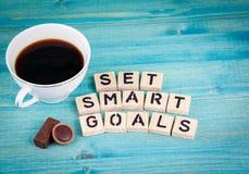 集合聪明的目标 咖啡杯和木信件在木背景 免版税库存图片