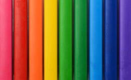 集合颜色铅笔的抽象构成 与不同颜色平行的线的抽象颜色背景  免版税库存照片