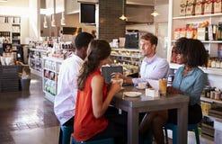 集团开非正式会议在咖啡馆 免版税图库摄影