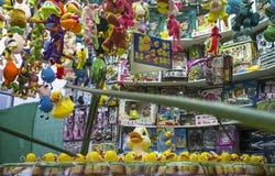 集市场所与大量的勾子鸭子摊位奖 免版税库存图片