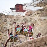 集市场所的藏族享用弗累斯大转轮的 免版税库存照片