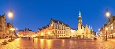 集市广场和城镇厅在晚上在弗罗茨瓦夫,波兰 库存图片