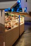 集市广场在与圣诞树的晚上 免版税库存照片