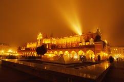 集市广场在克拉科夫在晚上 免版税库存照片
