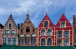 集市广场的五颜六色的房子在布鲁日/布鲁基,比利时 免版税库存照片
