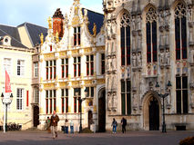 集市广场的城镇厅,布鲁日,比利时 库存图片