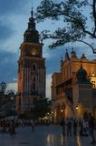 集市广场的夜视图在克拉科夫,波兰 圣玛丽克拉科夫的一个历史部分的` s教会 库存照片