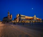 集市广场的夜视图在克拉科夫,波兰 库存图片