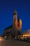 集市广场的夜视图在克拉科夫,波兰 免版税库存照片