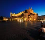 集市广场的夜视图在克拉科夫,波兰 免版税图库摄影