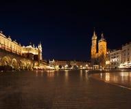 集市广场的夜视图在克拉科夫,波兰 库存照片
