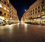集市广场的夜视图在克拉科夫,波兰 免版税库存图片