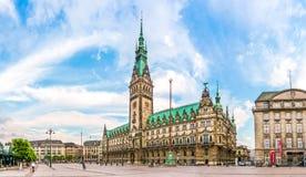 集市广场的日落的,德国著名汉堡城镇厅 免版税库存图片
