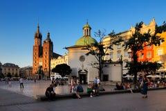 集市广场的晚上视图在克拉科夫,波兰 免版税库存图片