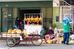 集市日在瓦拉斯在有Indios和各种各样的物品的秘鲁 免版税库存图片