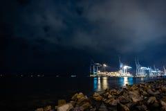 集装箱码头在诺斯波特在晚上 免版税库存照片